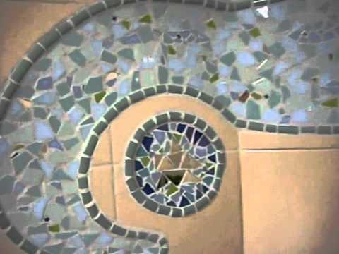 Decoraci n ba o en trencad s mosaicos youtube for Decoracion de banos con guardas de vidrio