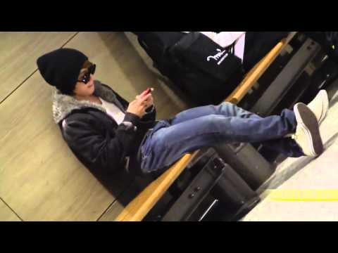 fancam 110406 Inside Incheon Airport Customs - Donghae focus