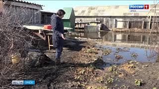 В селе Камышино-Курское потоки талой воды разрушили половину дороги