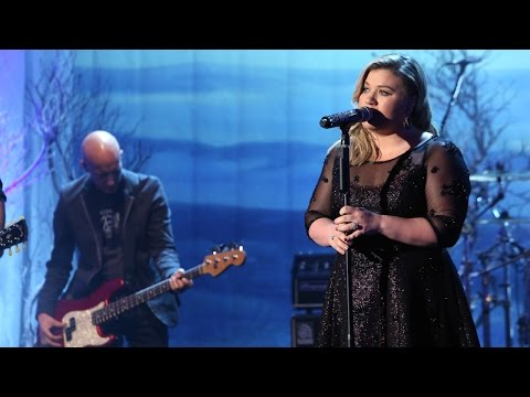 Kelly Clarkson Performs 'Invincible'