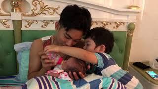 Kubi cùng ba Phan Hiển chăm em Anna, cho Anna bú sữa | Gia đình Khánh Thi Phan Hiển