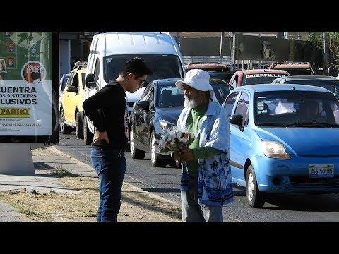 LE COMPRE TODO A ESTE VIEJITO Y REACCIONÓ ASÍ