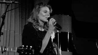 Twinnie sings live at Zedel