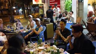 Ca Sĩ Vũ Hà góp vui Hit Người Hãy Quên Em Đi tại vỹ Dạ Quán khiến chị chủ đứng ngồi ko yên