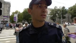 Polițistul: Dacă sunteți jurnalist, demonstrați