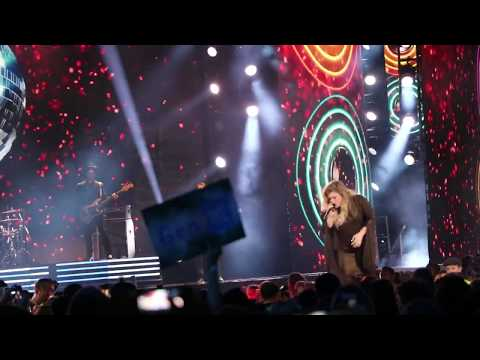 Kelly Clarkson singing Stronger at WE Day Toronto 2017