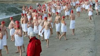 Hơn 700 người khỏa thân tham gia lễ hội bơi ở Australia