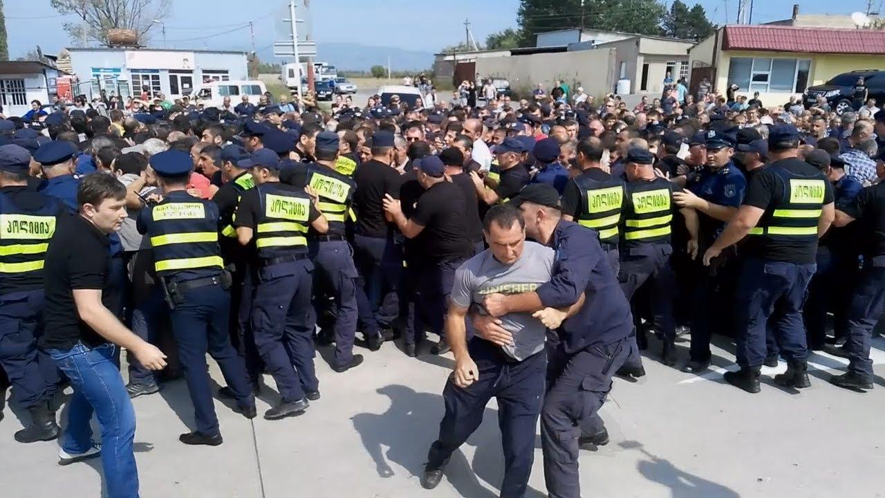 Жители Грузии подрались с полицией и перекрыли трассу Тбилиси – Батуми