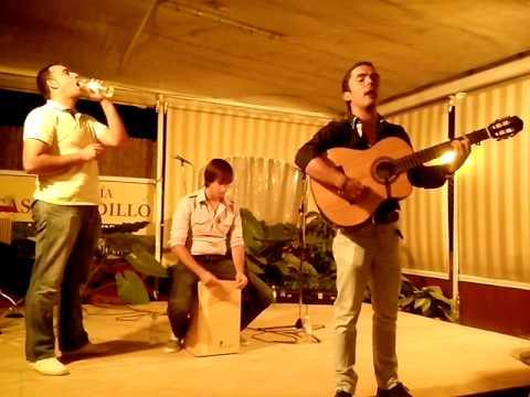Kelay cantando sevillanas rocieras sin megafonia en Casa Gordillo