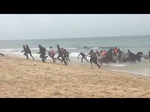 شاهد لحظة وصول مهاجرين أفارقة إلى شاطئ سياحي في إسبانيا وسط دهشة المصطافين…