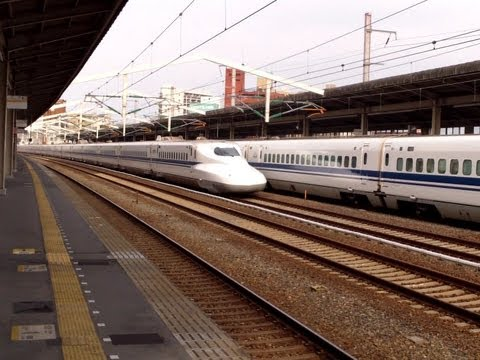 Baixar Limited Stop Shinkansen (Japanese Bullet Train) fly by, while the Local Shinkansen waits!