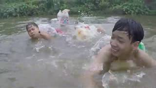 HMT - Áo Phao Bằng 100 Chai Coca (Jumping down to the lake with 100 coke bottles life jacket)