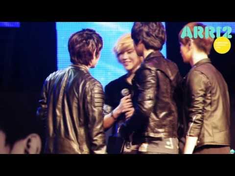 110220 Minho taking off Taemin's jacket and baring his shoulder @ SantaFe fanmeet