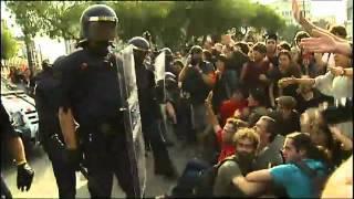 Els Mossos d\'Esquadra i Guàrdia Urbana desallotjant la Plaça Catalunya