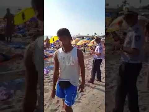 بائع مغربي متجول في إيطاليا يمنع شرطيا بالقوة من حجز بضاعته
