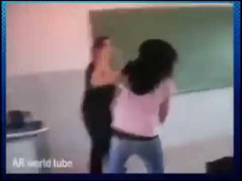 تلميذة تضرب استاذتها