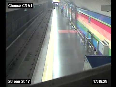 Imágenes del rescate de un policía nacional a un hombre que cae a las vías del Metro