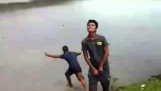 Htio je da nogom šutne mladića koji je urinirao u rijeku. Poslije ovoga NEĆE VIŠE NIKAD! (VIDEO)