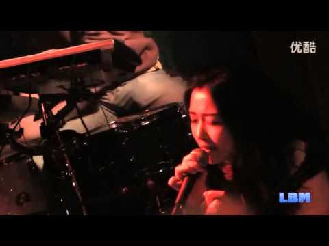 央吉瑪(Yunggiema)與北京大忘杠樂隊及比利時JVK樂隊成員合作演出