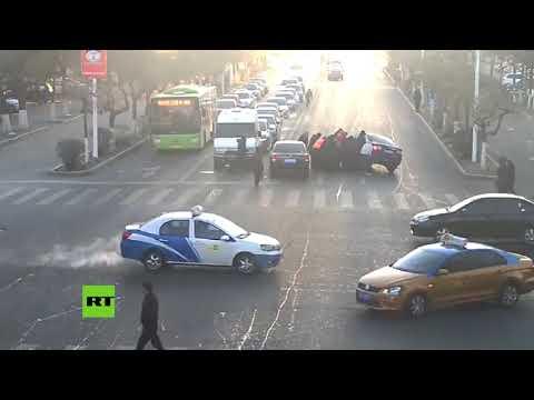 Levantan un auto para liberar a una mujer atrapada debajo en China