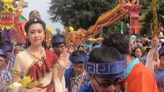 Hàng ngàn phật tử quỳ lạy phật Quan âm bồ tát giáng trần Thousands of Buddhists bow to bodhisattvas