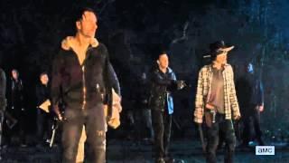 Negan captura grupo de Rick + Assobio dos Salvadores - The Walking Dead (Season Finale)