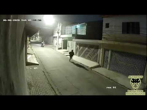 Brazilian Defender Fights Off Two Moto Robbers