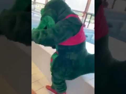 Kaj Krokodil gör hinderbana på Gottsundabadet