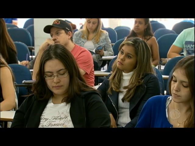 [Estudantes disputam provas estaduais e municipais com redução de concursos federais]