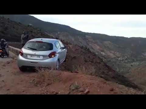 (فيديو) مشهد يحبس الأنفاس.. سيارة نجت بأعجوبة من الهاوية على طريق اوكيمدن