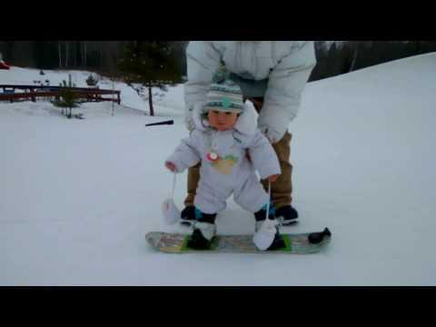 dcc0ae513291 Родители поставили годовалого малыша на сноуборд