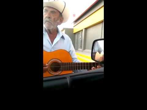 Viejito grosero cantando