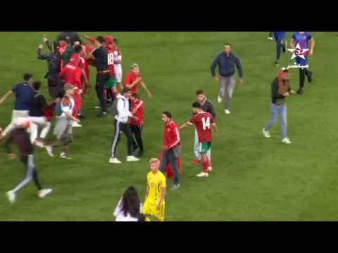 شاهد بالفيديو: لحظة اقتحام الجماهير المغربية الملعب بعد نهاية مباراة المنتخب ضد اوكرانيا