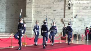Đội danh dự đổi gác tại Đài tưởng niệm Tưởng Giới Thạch