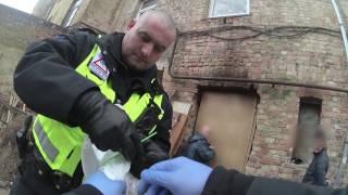 Aizturēti divi meklēšanā izsludināti vīrieši un kāda jauna meitene ar šļircēm rokās