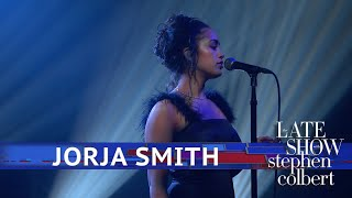Jorja Smith Performs 'Don't Watch Me Cry'