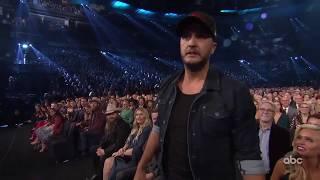 2018 CMA Awards  - Luke Bryan Flossing