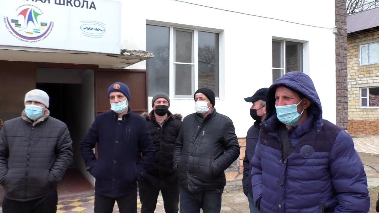 """""""Нас обманывают"""": десятки азербайджанцев застряли в дагестанском лагере"""