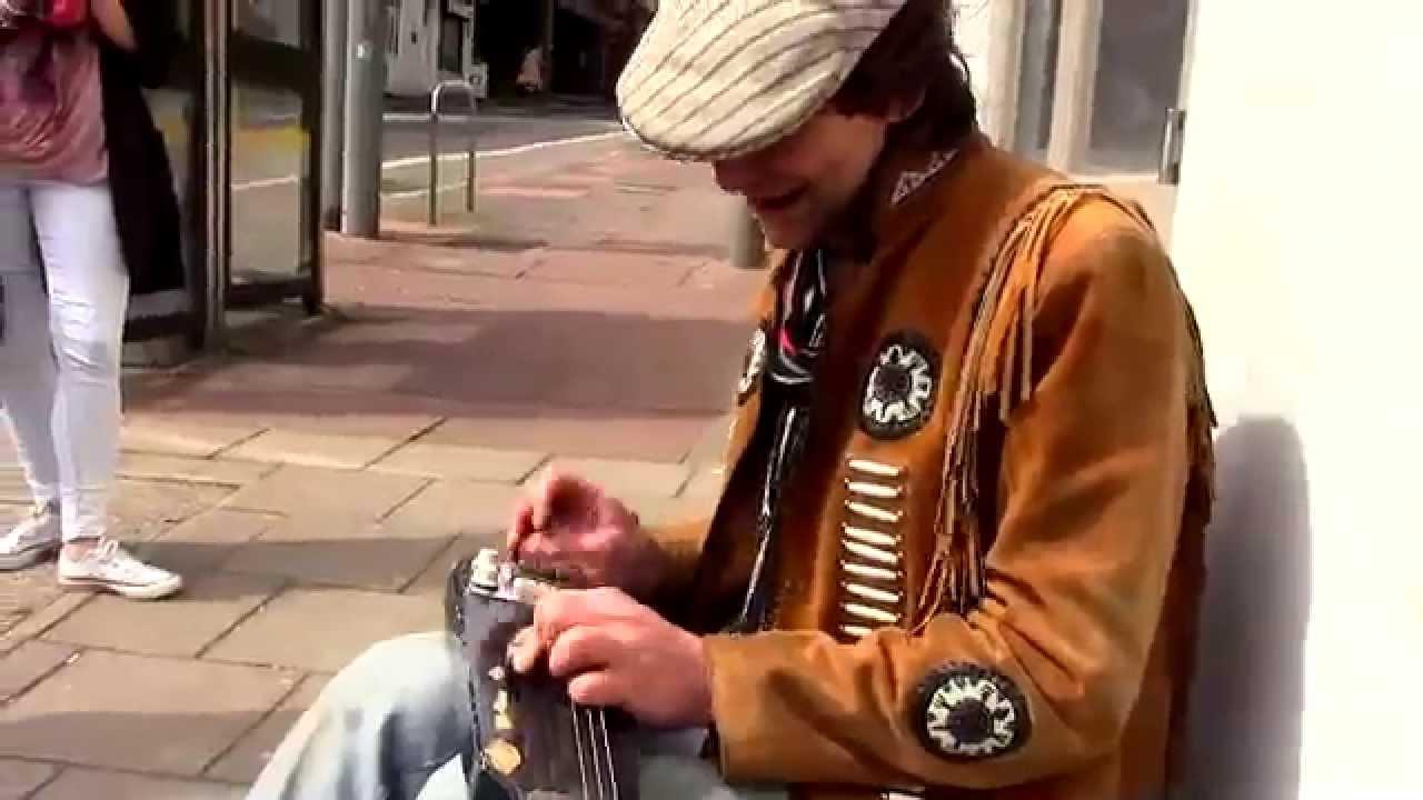 Andrew Niel dans la rue à Brighton