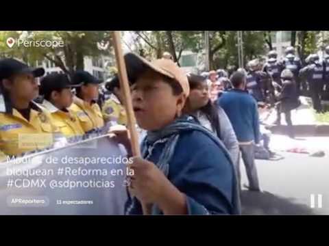 Madres de desaparecidos bloquean Paseo de la Reforma