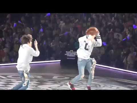 Super juniorD&E日本 二巡 大阪Day3 跳觸觸舞跳到累攤的兩人