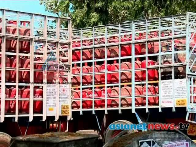 LPG cylinder truck drivers continue strike | എൽപിജി ട്രക്ക് ജീവനക്കാരുടെ പണിമുടക്ക് തുടങ്ങി