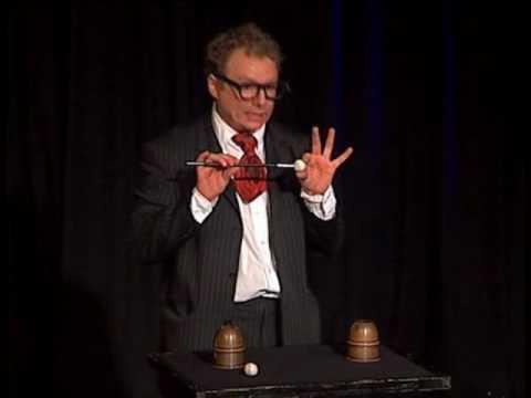 Beispiel: Zauberer zeigt Becherspiel Cups and Balls, Video: Peter Leonhard.