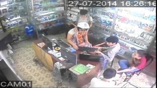 Hai mẹ con dàn cảnh để trộm cắp tiền và máy tính