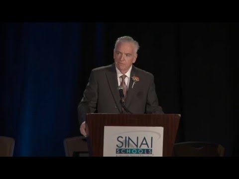 Honoree Stephen Flatow speaks at the 2016 SINAI Dinner