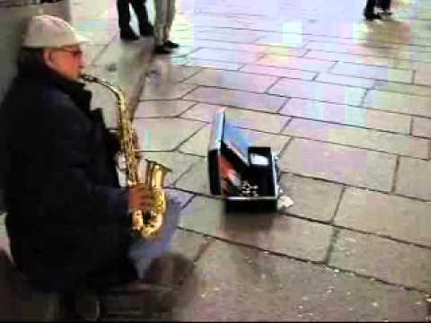 Уличен музикант свири на саксофон