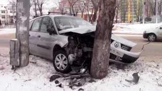 S-a oprit cu mașina într-un copac la Bălți