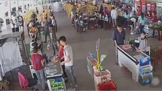 Thượng uý Nguyễn Xô Việt ném xúc xích vào nhân viên