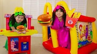 Emma & Jannie Pretend Play w/ McDonalds Hamburger Restaurant Food Toys