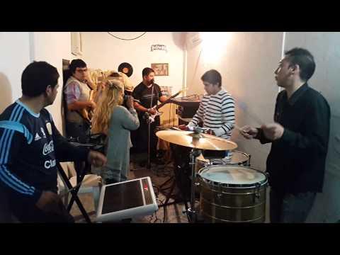 Gladys la bomba tucumana ensayando con sus músicos